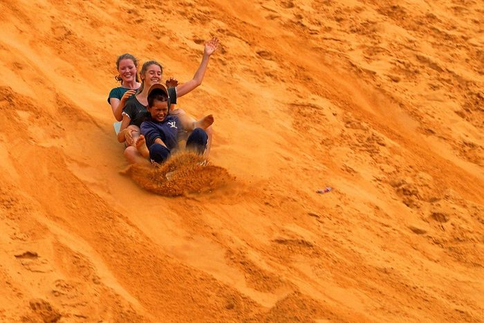 vui mỗi ngày - check in đồi cát vàng Phan Thiết