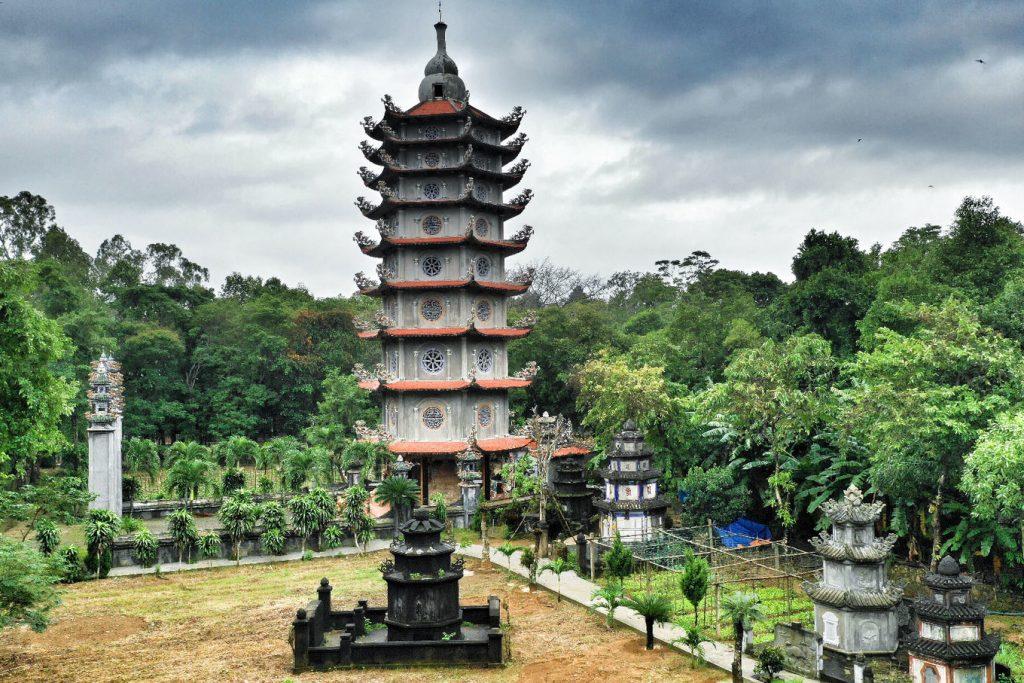 Chùa 300 tuổi trên đỉnh núi cấm có tháp 8 tầng
