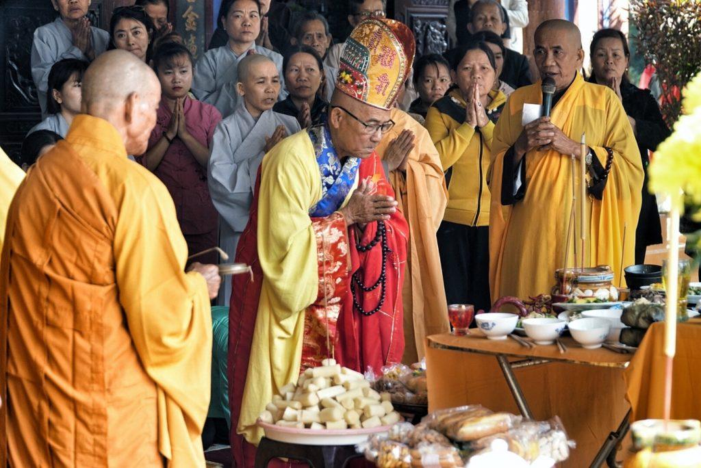 hành lễ tại Chùa 300 tuổi trên đỉnh núi cấm