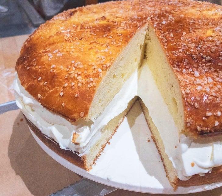 1 miếng bánh được phủ nhiều đường