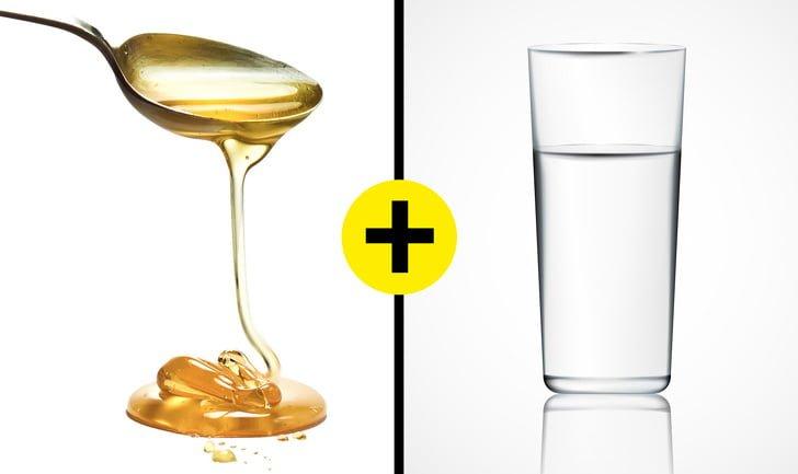 Cho mật ong vào cốc nước để phân biệt thật giả