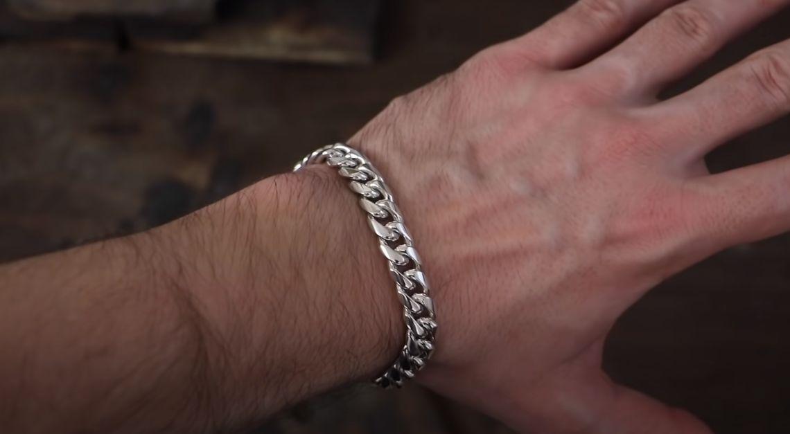 sản phẩm vòng bạc cuban trên tay
